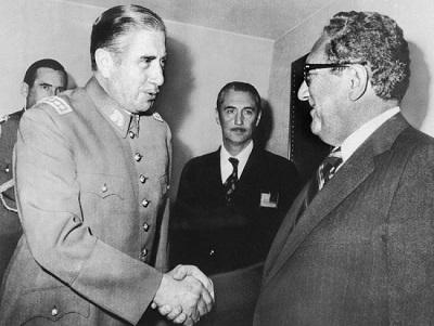 Рис. 11. Аугусто Пиночет приветствует Киссинджера в июне 1976 года