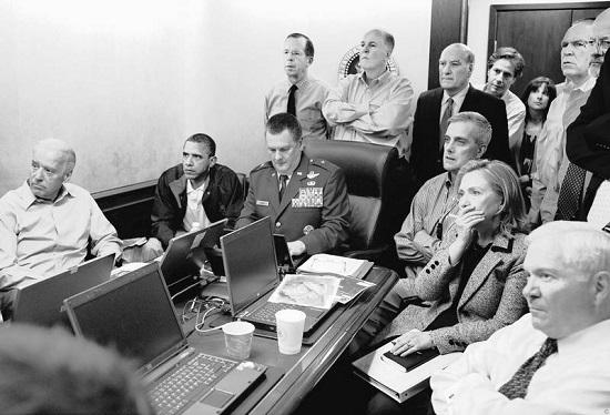 Рис. 14. Обама и его советники из СНБ в совещательной комнате Белого дома наблюдают за ходом ликвидации Усамы бен Ладена