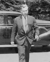 Рис. 6. Министр торговли Генри Уоллес прибывает в Белый дом