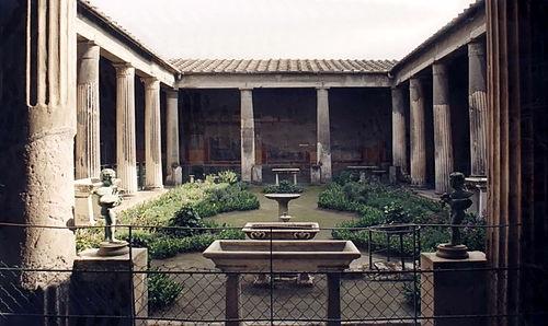 Ris. 2. Peristil vnutrennij dvorik